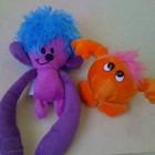 дві яскраві іграшки.