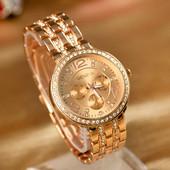 Женские наручные часы Geneva золотой цвет с бриллиантиками на браслете