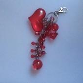 Брелок-украшение на сумку с сердечками.