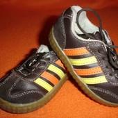 Фирменные Adidas  оригинал  кожаные кроссовки на наш 21 размер.