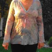 Неординарная блузка с пайетками по вырезу горловины