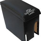 Подлокотник на Шевроле Лачетти На откидной крышке подлокотника вышит логотип шевроле. Изготавливаетс