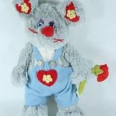 Мышь в голубом комбезе с розой стоящая