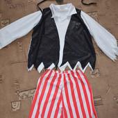 карнавальный костюм пирата размер стоит С,подойдет где-то на 5-7 лет