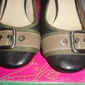 Фирменные кожаные туфли 39 размер на устойчивом каблуке