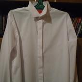 Рубашка белого и кремового цвета.