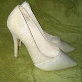 Туфли 36 р-р стелька - 23.5 см, в отличном состоянии, каблук - 11 см, очень нарядные, красиво блестя