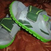 Фирменные Reebok оригинал кроссовки на 26 размер мальчику
