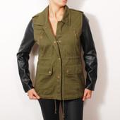 Зеленая куртка-парка с декоративными карманами и кожаными рукавами   OW35005