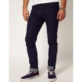 Темно синие фирменные джинсы скини на парня