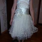 гарна сукня кольору айворі на 5-8р