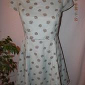 Платье мятного цвета с цветочным принтом и открытой спинкой