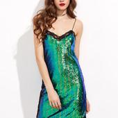 Зелёное платье с блестками на бретельке