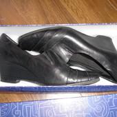 Фирменные кожаные Clarks туфли на танкетке на 40 размер идеал