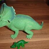 Два динозавра трицератопса