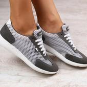 Женские кроссовки, замшевые, серые, в сеточку, с белыми шнурками, на белой подошве