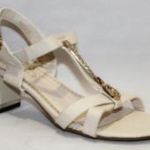 Женские классические босоножки на каблуке бежевые со стразами нарядные