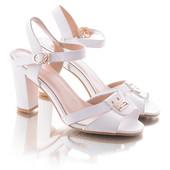Стильные классические белые женские босоножки на каблуке