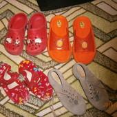 Резиновые шлепки и кроксы,  тапки, туфли-в подарок. 28 и 31 размер..