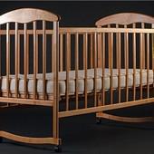 Детская кроватка Наталка светлое дерево с колесиками и качалкой