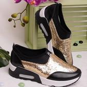 Стильные женские кроссовки с пайетками
