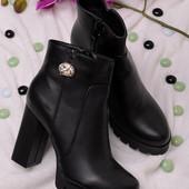 Стильные женские ботинки на высоком каблуке