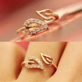Красивое кольцо листик с камнями.