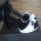 Красивые бело-черные кожаные туфли