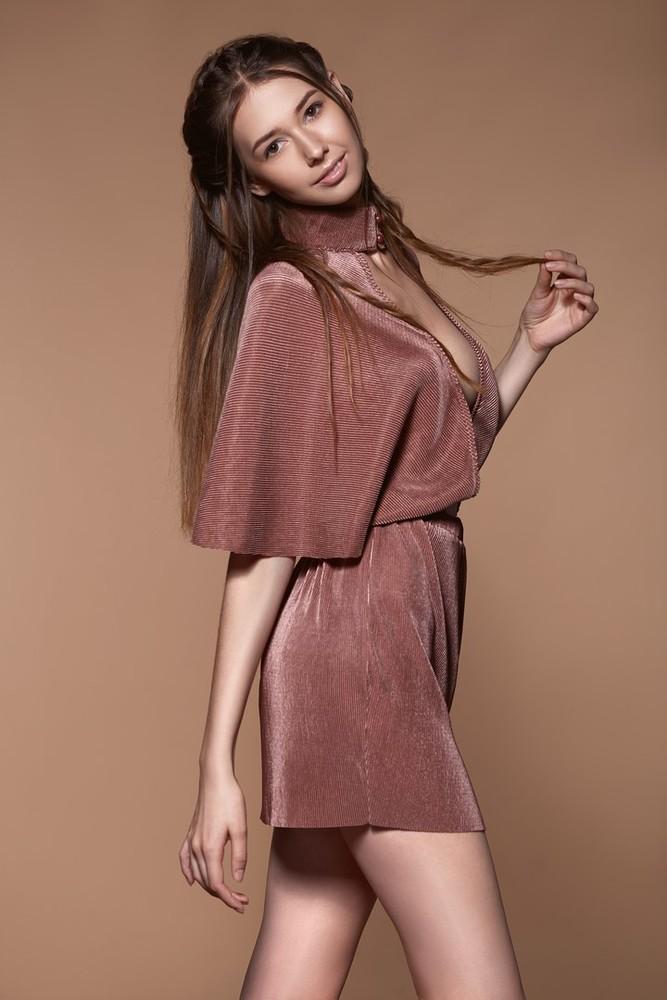 Нарядное платье с воздушными рукавами missguided из блестящей ткани гофре  dr47110 фото №2