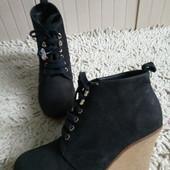Ботинки із натурального нубуку зовні і нат.шкіри зсередини 38 р-р і устілка 24 см.