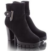 Женские демисезонные замшевые ботинки на каблуке