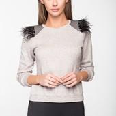 Женская модная кофточка с оригинальными плечами