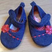 Тапочки/пинетки на липучках для девочки 3-6 месяцев. Джинсовые.