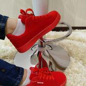 Женские ярко красные кроссовки