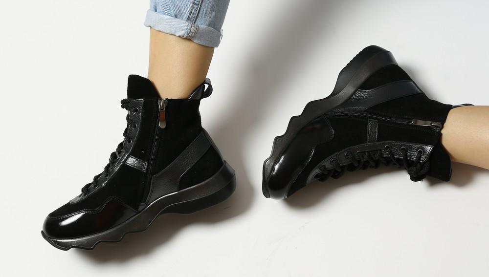 Черные кожаные зимние ботинки в комбинации замши и лака, ботинки зима кожа фото №1