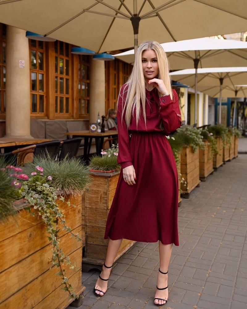 Однотонное платье-миди с завязкой фото №1