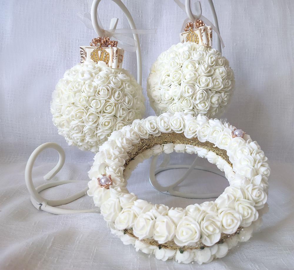 Блестящая подушка для обручальных колец из роз айвори золото круглая фото №1